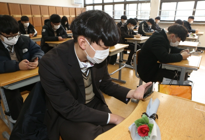 To prevent the spread of coronavirus, the school decided to cancel the graduation ceremony that normally invites all members of the school. (Yonhap)