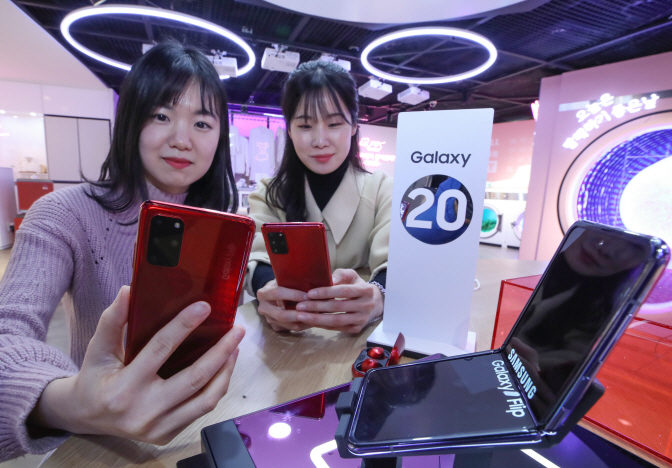 Models present Samsung Electronics Co.'s Galaxy Z Fold and Galaxy S20 smartphones at a store in Seoul on Feb. 12 2020