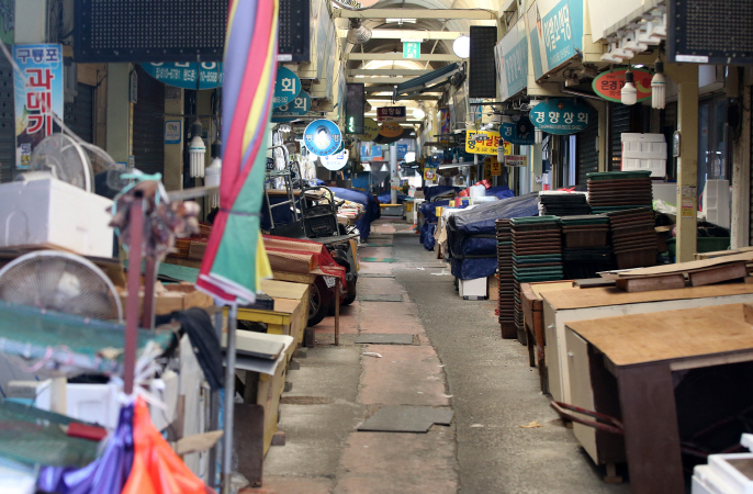 A deserted traditional market in Pohang, North Gyeongsang Province on Feb. 23, 2020. (Yonhap)