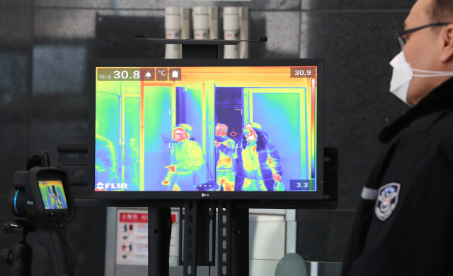 A thermal imaging camera checks temperatures at a government building in the central city of Sejong on Feb. 24, 2020. (Yonhap)