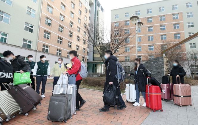 Chinese students returning from their winter vacations in their home country arrive at Chungbuk National University in Cheongju, North Chungcheong Province on Feb. 24, 2020, to enter a designated dormitory building where they will be isolated for 14 days. (Yonhap)
