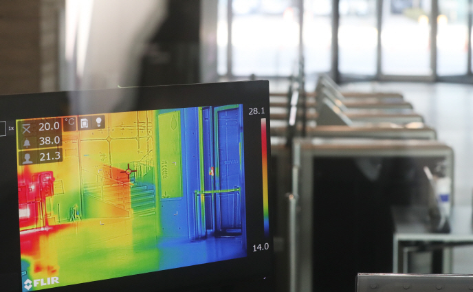 A thermal imaging camera installed in the lobby of Naver Corp.'s headquarters in Seongnam, south of Seoul on Feb. 26, 2020. (Yonhap)