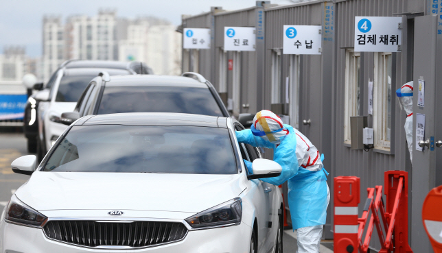"A driver gets a virus test at a ""drive-thru"" test facility set up by Yeungnam University Medical Center in Daegu on Feb. 27, 2020. (Yonhap)"
