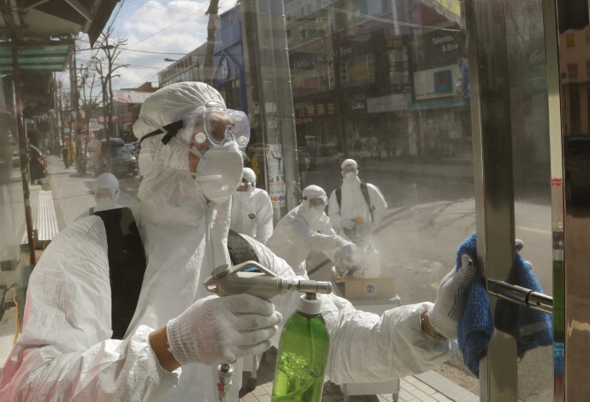 Quarantine officials carry out disinfection operations in Songpa District in southeastern Seoul on Feb. 27. (image: Songpa District Office)