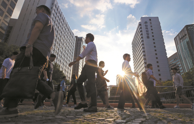 76 pct of Salaried People in Their 30s and 40s Fear Losing Job: Survey