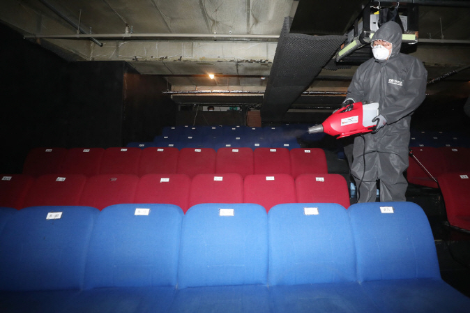 A theater in Seoul is fumigated on Feb. 6, 2020. (Yonhap)