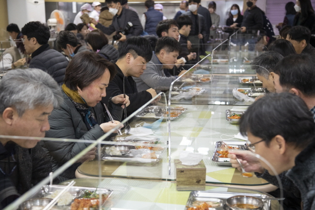 Acryl boards are set up on the table between diners at a cafeteria of the Iksan City Hall in the southwestern city of Iksan on March 9, 2020, as part of measures to prevent any possible COVID-19 infections between them. (Yonhap)