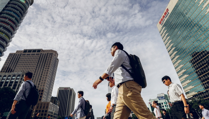In an effort to win the hearts of the millennial generation, companies are making improvements to working conditions, including an increase in starting salaries. (Yonhap)