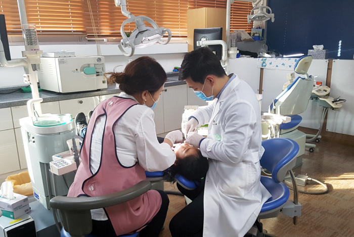 Dentists are preparing measures such as mandatory wearing of masks and gloves and wearing disposable gowns during surgery, but danger still exists. (image: Pohang City Office)