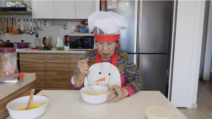 In this photo captured from YouTuber Park Mak-rye's channel on March 25, 2020, Park stirs eggs as part of a challenge to make fried eggs after whipping 1,000 times. (Yonhap)