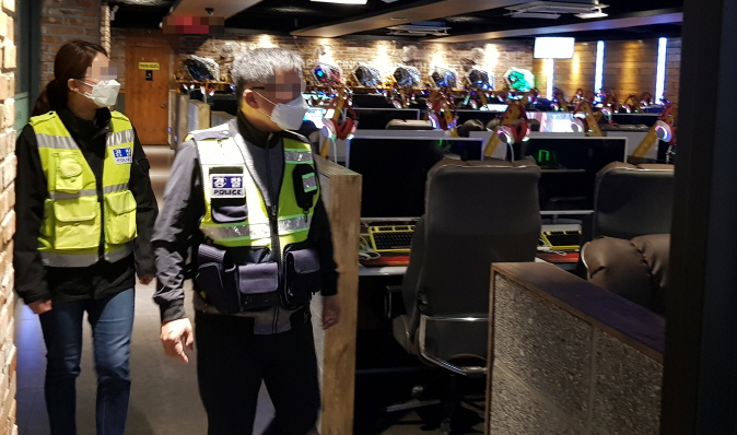 An on-site quarantine inspection of an internet cafe in the central South Korean city on March 22, 2020. (image: Daejeon Metropolitan Police Agency)