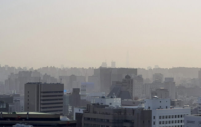 The sky over Seoul is covered with heavy fine dust particles on Oct. 9, 2019. (Yonhap)