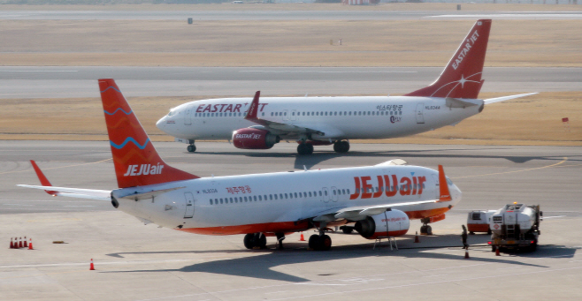 Planes operated by Jeju Air and Eastar Jet at Gimpo International Airport in western Seoul. (Yonhap)