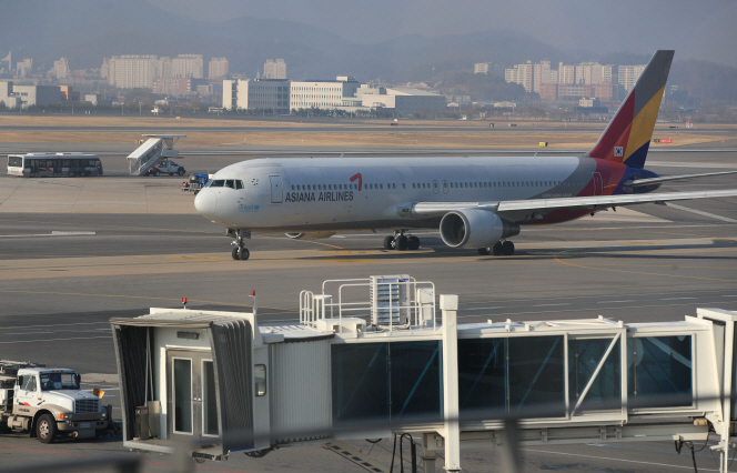 Asiana entered an emergency management system in February and executives returned up to 40 percent of their salaries. (Yonhap)