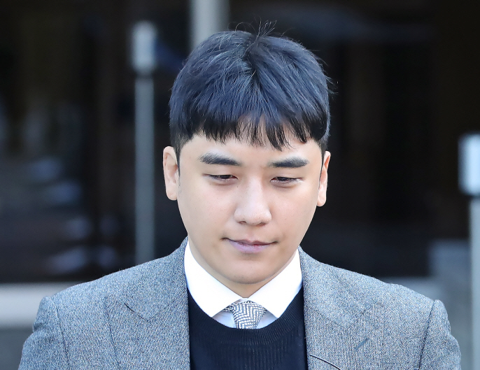 Seungri, a former member of popular boy band BIGBANG, leaves a court in Seoul on Jan. 13, 2020, after attending a hearing on the legality of his arrest over allegations of gambling in a hotel casino in Las Vegas and arranging sex services for investors. (Yonhap)