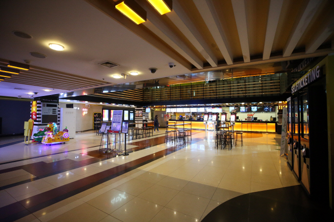 The box office of a cinema in the southern city Gwangju is quiet on March 8, 2020, hit by the coronavirus outbreak. (Yonhap)