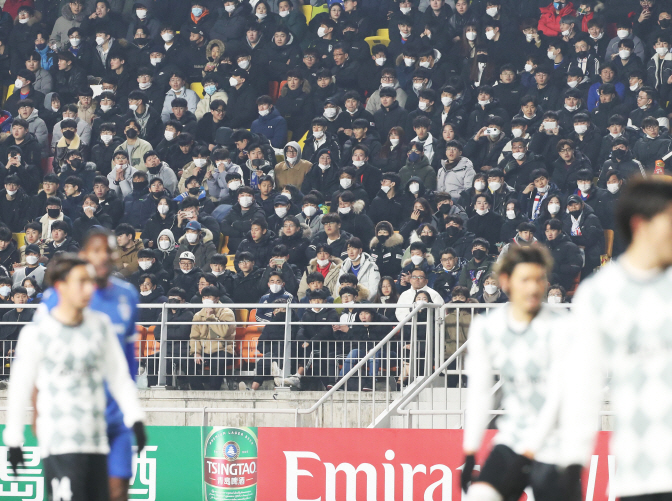 This file photo from Feb. 19, 2020, shows mask-wearing fans attending an Asian Football Confederation (AFC) Champions League match between the home team Suwon Samsung Bluewings and Vissel Kobe at Suwon World Cup Stadium in Suwon, 45 kilometers south of Seoul. (Yonhap)