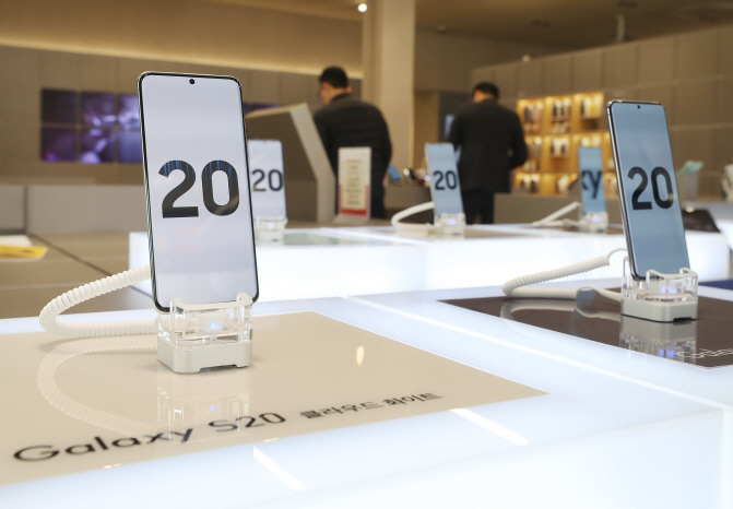 Samsung Electronics Co.'s Galaxy S20 smartphones displayed at a store in Seoul on Feb. 20, 2020. (Yonhap)