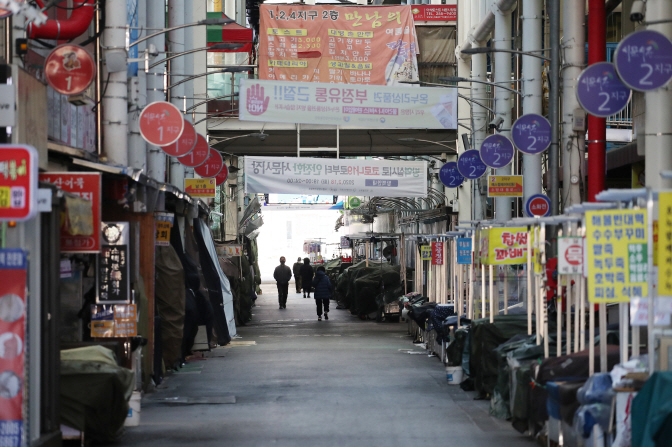 A market in Daegu, 300 kilometers southeast of Seoul, is closed on Feb. 23, 2020, to prevent the spread of the new coronavirus. (Yonhap)