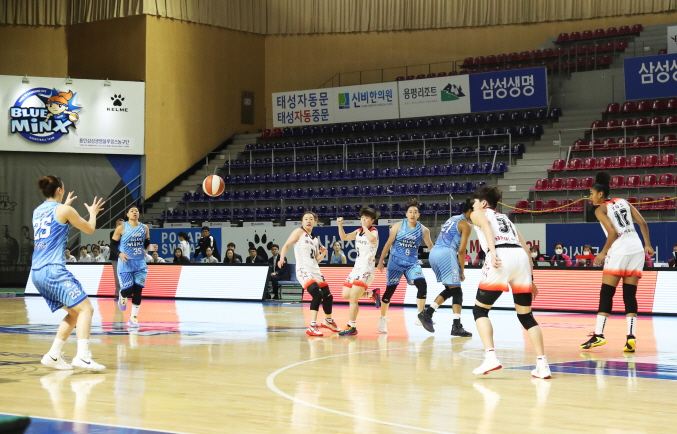 The Samsung Life Blueminx and BNK Sum play a Women's Korean Basketball League regular season game without spectators at Yongin Gymnasium in Yongin, 50 kilometers south of Seoul on Feb. 23, 2020. (Yonhap)