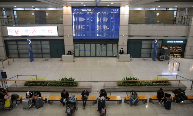 A nearly deserted arrivals gate at Incheon International Airport, west of Seoul, on Feb. 25, 2020. (Yonhap)