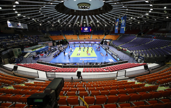 A men's V-League volleyball match between home team Kepco Vixtorm and Samsung Fire & Marine Insurance Bluefangs taking place without fans in the stands on Feb. 25, 2020. (Yonhap)