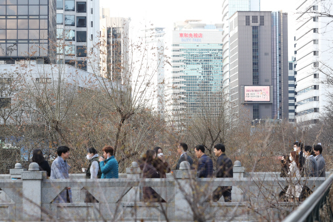 Paid vacation ensures only 70 percent of monthly wages, leading to a wage cut of up to 30 percent. (Yonhap)