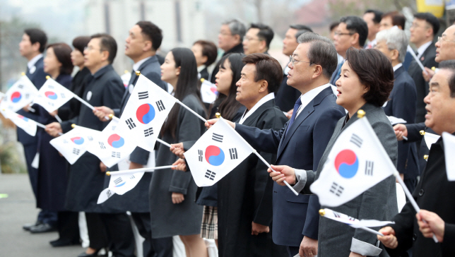 President Moon Jae-in (front, 3rd from R) attends a government ceremony to mark the 101st anniversary of the March 1 Independence Movement at Paiwha Girls' High School in Seoul on March 1, 2020. (Yonhap)