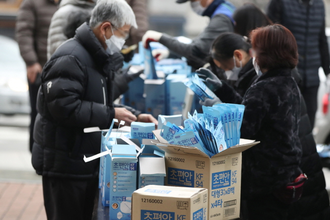 People buy face masks at Nonghyup Hanaro Mart in Sajik-dong, Seoul, on March 1, 2020. (Yonhap)