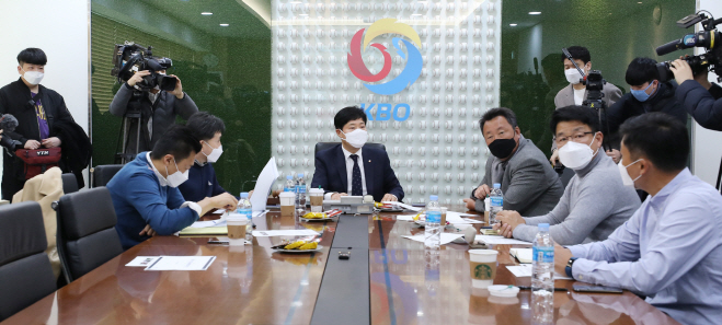 Ryu Dae-hwan (C), secretary general of the Korea Baseball Organization, presides over an executive committee meeting with general managers of KBO clubs at the KBO headquarters in Seoul on March 3, 2020. Those not in attendance took part in the meeting via video conferencing. (Yonhap)