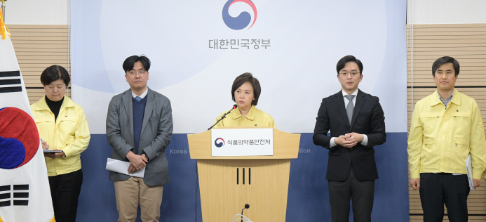 Lee Eui-kyung (C), chief of the food and drug agency, holds a briefing about face masks at the headquarters of the Korea Centers for Disease Control and Prevention in Cheongju, 137 kilometers south of Seoul, on March 3, 2020. (image: Ministry of Food and Drug Safety)