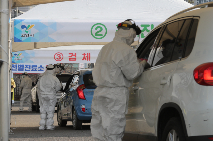 A drive-through coronavirus test center in Goyang, South Korea on March 4, 2020, (Yonhap)
