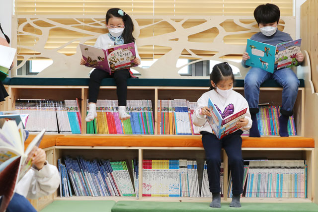 "Children sit apart from each other at a public after-school care center in Seongdong, Seoul, on March 6, 2020, as the country carries out a ""social distancing"" drive to curb the spread of the new coronavirus. (image: Seongdong District Office)"