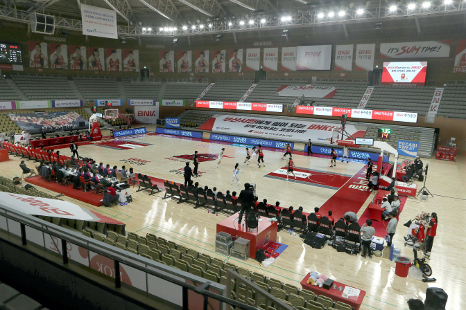 A Women's Korean Basketball League (WKBL) regular season game between the home team BNK Sum and Shinhan Bank S-Birds is underway behind closed doors at BNK Center in Busan, 450 kilometers southeast of Seoul, on March 6, 2020. (Yonhap)
