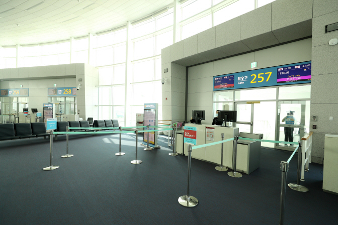 An Incheon International Airport departure gate for a Korean Air flight for Japan's Osaka stands almost empty on March 9, 2020. Only eight passengers took the plane. (Yonhap)