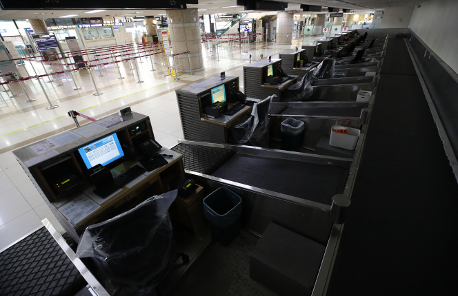 Some ticket booths at Gimpo International Airport in Seoul are closed on March 12, 2020. (Yonhap)