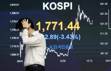 Investors Rush for Stock Funds amid Market Crash, Hoping for Rebound