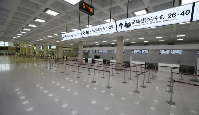 Empty check-in areas for international flights inside Jeju International Airport on March 14, 2020. (Yonhap)