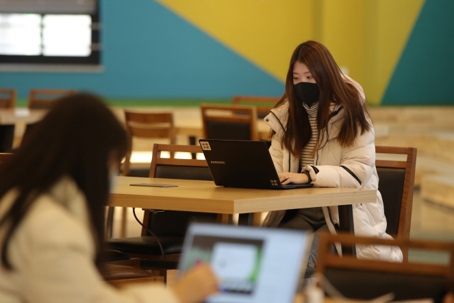 College Students Take Time Off as Online Courses Drag On