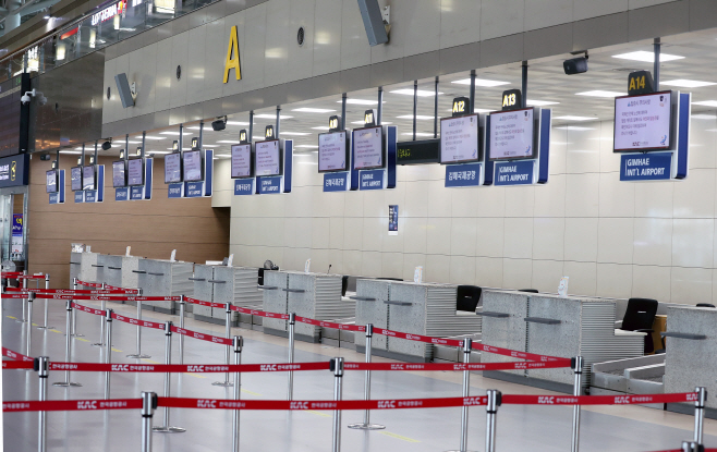 The departure lobby of Gimhae airport in the southeastern port city of Busan is deserted on March 16, 2020. (Yonhap)