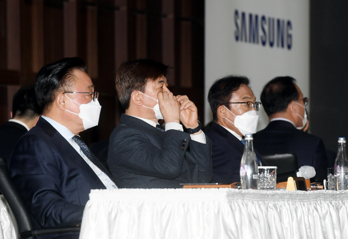 Executives of Samsung Electronics Co. attend the company's general meeting of shareholders at a convention center in Suwon, south of Seoul, on March 18, 2020. (Yonhap)