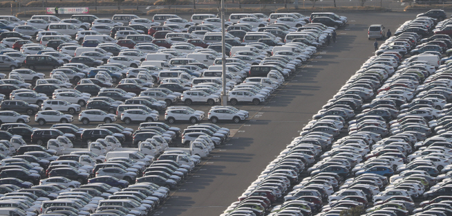 This photo, taken March 18, 2020, shows vehicles lined up at Hyundai Motor's port in Ulsan, 410 kilometers southeast of Seoul. (Yonhap)