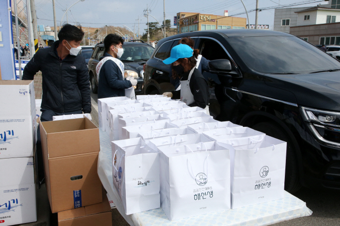 The city of Pohang implemented a drive-through system in which drivers can purchase seafood from their cars to ensure social distancing. (Yonhap)