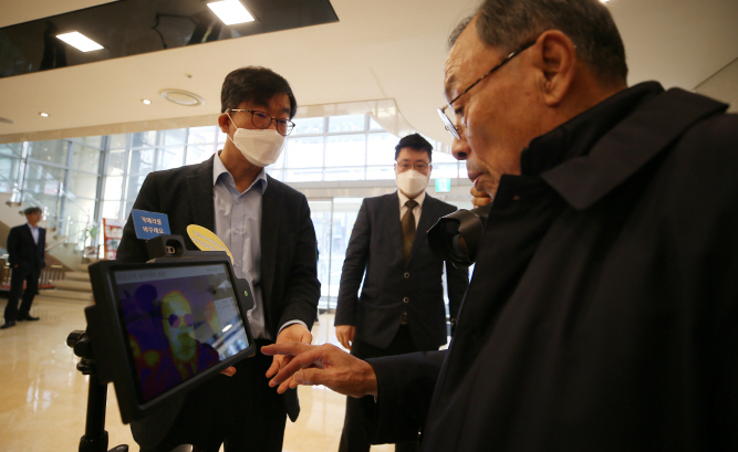 Jeju Hotel Employs Thermal Sensing Robot for Virus Detection
