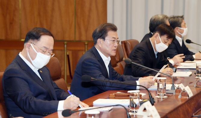 President Moon Jae-in (2nd from L) makes opening remarks at an emergency economic council meeting at Cheong Wa Dae on March 24, 2020. (Yonhap)