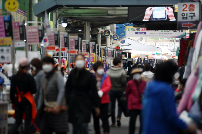 Seomun Market, a major traditional market in new coronavirus-hit Daegu, shows modest signs of recovery on March 25, 2020, as the number of new coronavirus cases nationwide has gradually declined recently. (Yonhap)