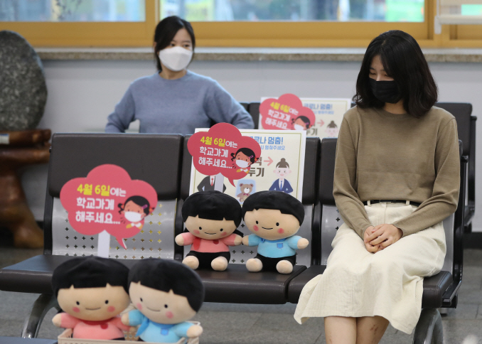 Dolls are placed on seats to promote social distancing at a community office in Gwangju on March 26, 2020. (Yonhap)