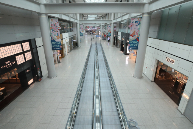 A deserted duty-free area at Incheon International Airport, west of Seoul. (Yonhap)