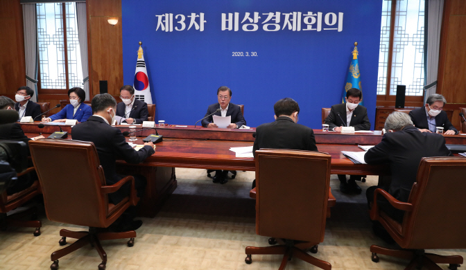 President Moon Jae-in (back, C) holds a third emergency economic council session at the presidential office Cheong Wa Dae in Seoul on March 30, 2020. (Yonhap)