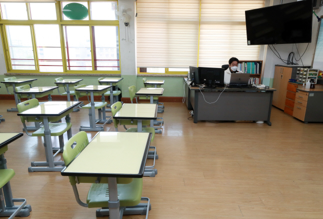 A teacher tests an online education system at an elementary school in southern Seoul on March 30, 2020. (Yonhap)